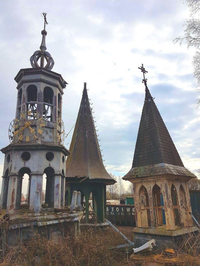 Kerktorentjes op het terrein van Stolwerk Sloopwerken aan de Tilburgseweg in Breda.