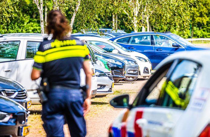 De politie controleert op de parkeerplaats van het Recrieatioord in Mijnsheerenland na de auto-inbraken.