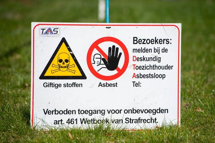 De asbestsanering aan de Pastoor van Winkelstraat in Schaijk werd enkele keren stilgelegd.