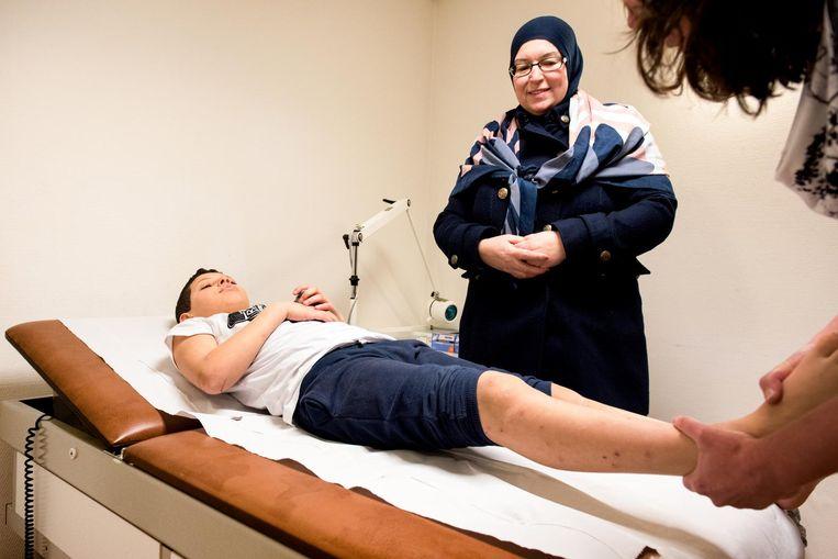 De 9-jarige midvoor van VVA/Spartaan heeft een pijnlijke voet. Beeld Marijke Stroucken