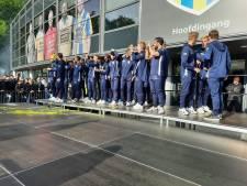 RKC-spelers vieren handhaving met supporters voor het stadion