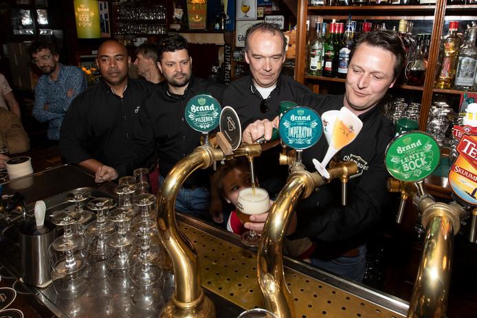 Een primeur: Chamaven op de tap in café De Deur. De brouwers (vanaf rechts): Robbert Wortelboer, Martijn Coenders, Axel Wiersma en Jan Itjang.
