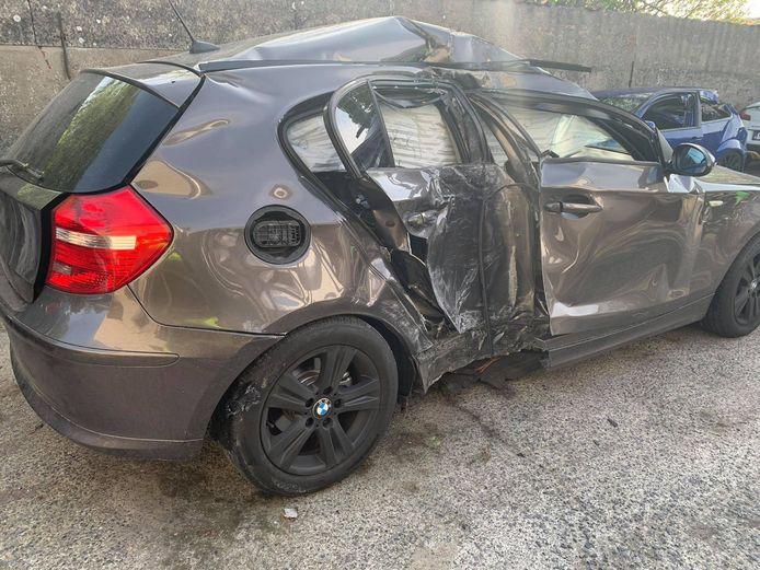 De BMW raakte zwaar beschadigd na de klap.