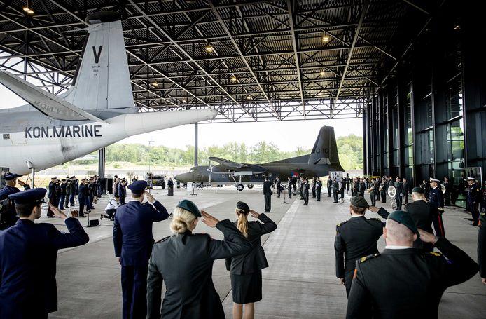 Aanwezigen houden een minuut stilte voor de gevallen militairen tijdens de vlagceremonie van Defensie bij het Nederlands Militair Museum. Met de overdracht van twee Nederlandse missievlaggen komt een einde aan bijna 20 jaar militaire aanwezigheid in Afghanistan.