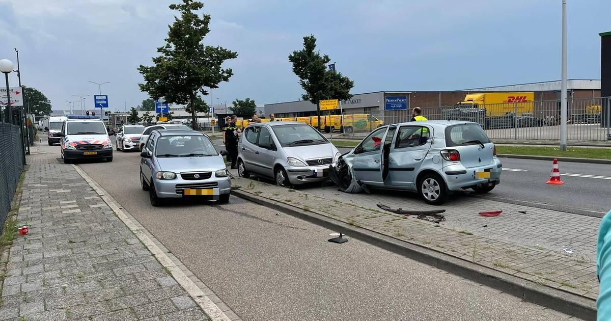 Ravage in Almelo na ongeluk waar zeven auto's bij betrokken zijn.