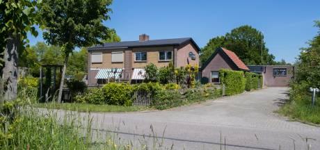 Wilma ziet haar huis in Wijhe steeds meer ingebouwd worden en is het zat: 'Jarenlange overlast'