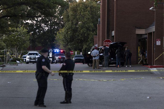 Politieagenten aan de supermarkt van de Amerikaanse keten Kroger in Collierville, Tennessee. De schietpartij vond plaats rond 13.30 uur lokale tijd. Er vielen meerdere gewonden en één dode.