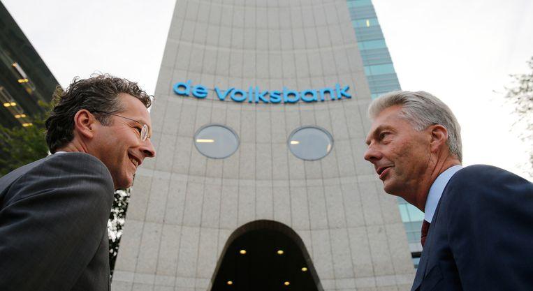Voormalig minister Dijsselbloem (l) samen met SNS-topman Maurice Oostendorp bij het logo van de Volksbank. Beeld ANP