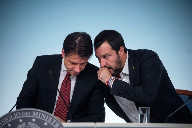 De Italiaanse premier Conte (links) en vicepremier en minister van Binnenlandse Zaken Salvini (rechts) tijdens een persconferentie in Rome over de Italiaanse begroting, afgelopen weekend.  Beeld Getty Images