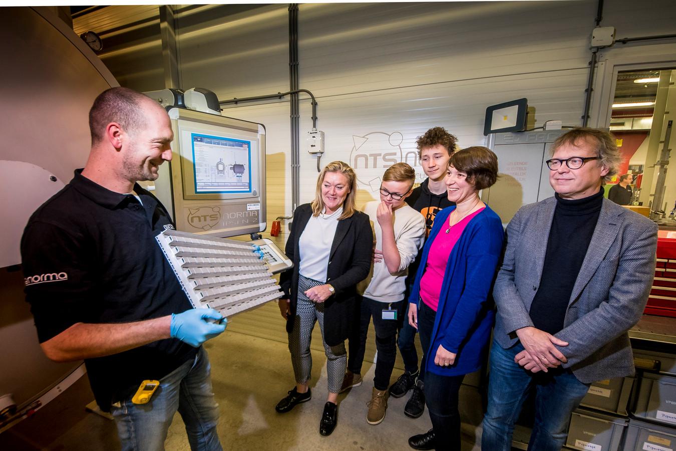 (vanaf links): Maarten Jacobs van Norma, Annemarie Heuvel, vwo-leerlingen Jesse ten Broek en Kylian van Dam, Gerdi Haverkamp en Martin Grondman van Norma.