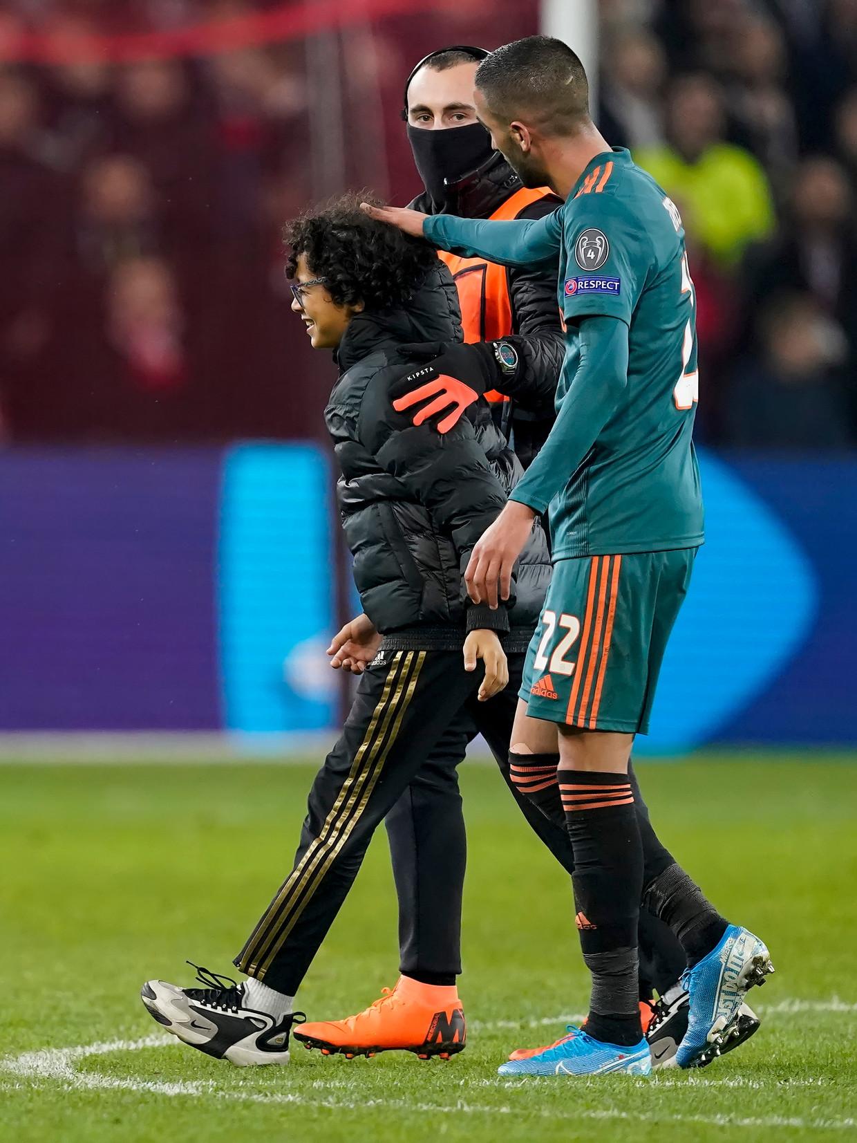 Hakim Ziyech en Yassine nadat de jongen het veld