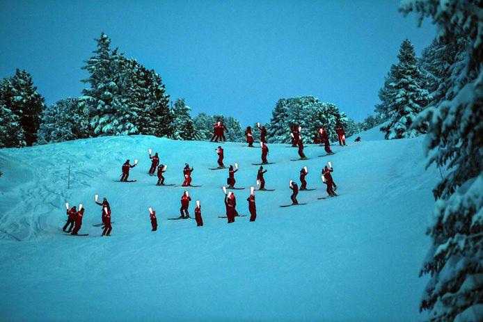 Werkloze skileraren in het Franse skioord Chamrousse hielden midden januari uit protest een fakkeltocht. Zij vinden dat de Franse pistes wel opnieuw open moeten.