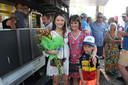 Yves vriendin Astrid Demeulemeester, met een mooi zwanger buikje,  kreeg de bloemen na de overwinning. Ook mama Carine is maar wat blij met de overwinning van Yves Lampaert op het BK Tijdrijden.