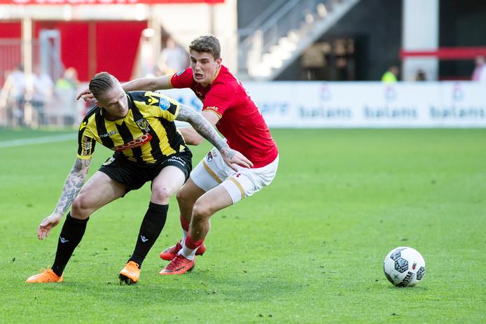 Vitesse speler Alexander Buttner in duel met AZ speler Guus Til