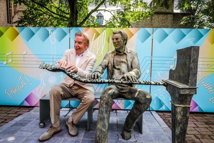 Will Tura speelt een stukje piano mee op zijn eigen standbeeld.