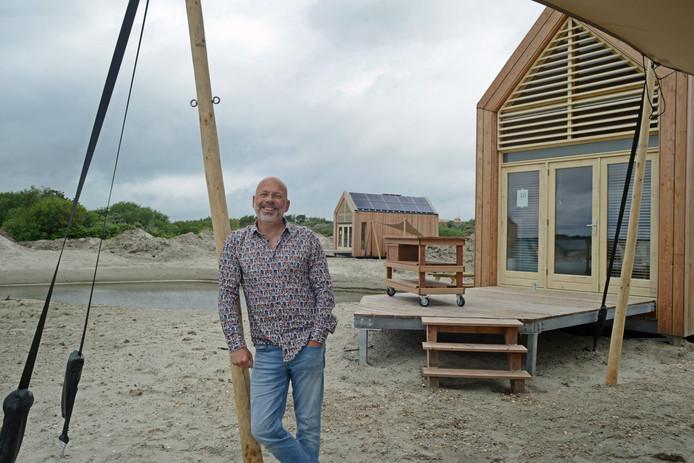 Architect Kees van Wuyckhuyse bij de Greenhuusjes aan de Grevelingen.