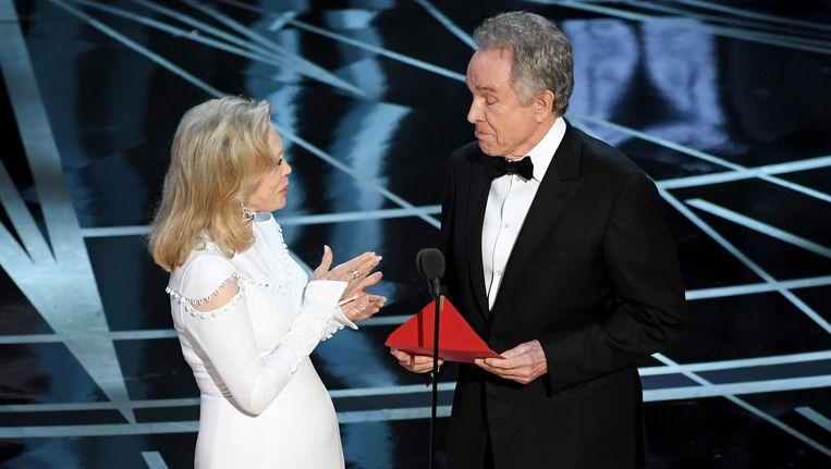 Faye Dunaway en Warren Beatty tijdens de bizarre uitreiking van de Oscar voor beste film. Beeld null