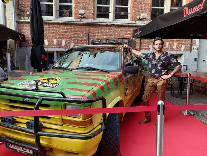 Jeroen Baert (32), uitbater van Comic Sans, naast een 'Jurassic Park'-auto.