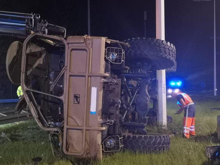 De truck kantelde in de middenberm tegen een verlichtingspaal