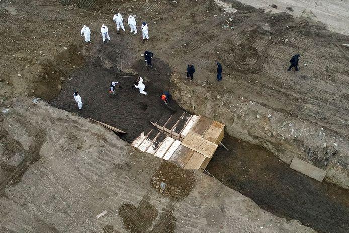 Sur Hart Island dans le Bronx, on creuse des tranchées pour enterrer les corps non réclamés.