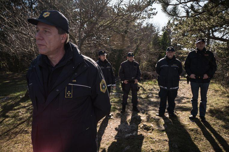 Italiaanse en Sloveense grenswachten  patrouilleren bij het dorpje Socerb op zoek naar illegale migranten. Beeld Nicola Zolin