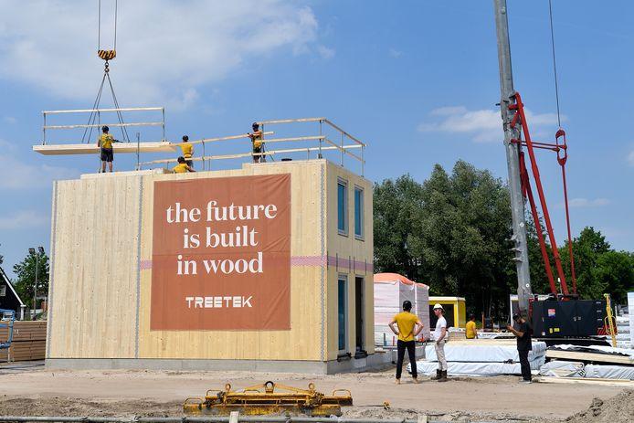 De houten huizen in aanbouw op het Hof der Duurzaamheid.