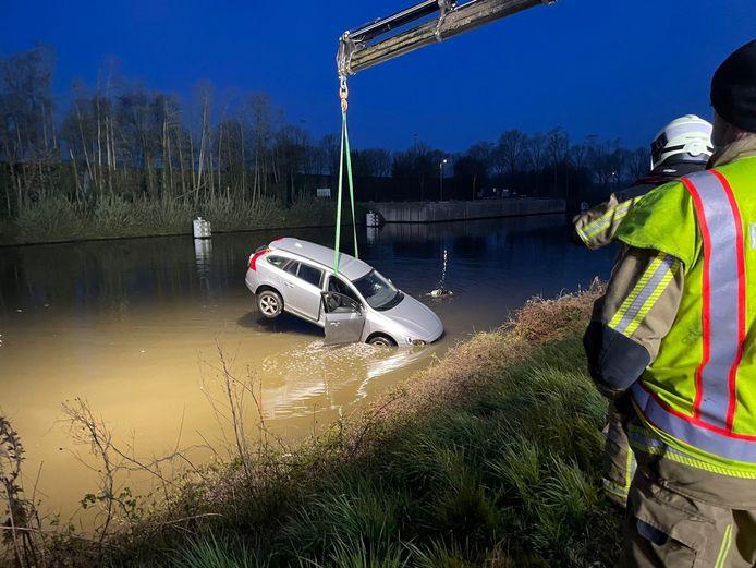 Une Volvo V60 hissée hors de l'eau après avoir finit sa course dans le canal  Courtrai-Bossuit.