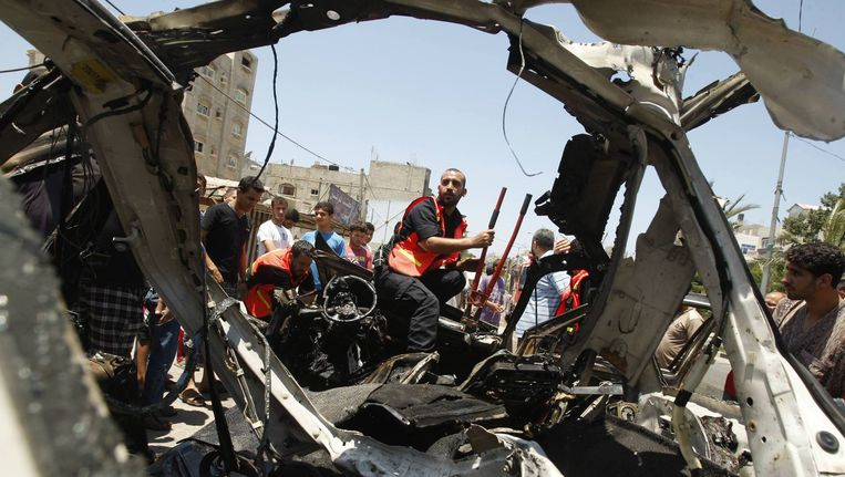 De resten van een auto op de Gazastrook die is geraakt door een Israëlische luchtaanval. Beeld reuters