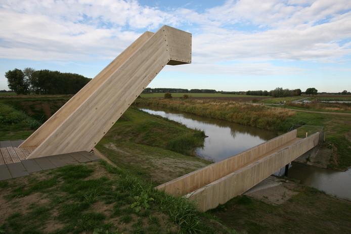 Fort Henricus heeft een flinke opknapbeurt gehad. De houten kijktoren is nieuw en biedt uitzicht over de Graaf Hendrikpolder.