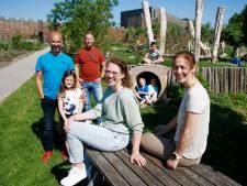 Buren Renske en Sonja hebben het zo fijn samen dat ze samen in een grote boerderij willen gaan wonen