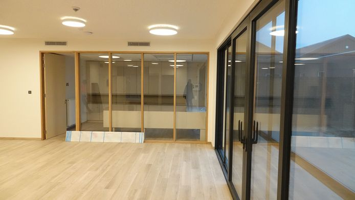 De nieuwbouw omvat ook een vergaderzaal en enkele bezoekruimtes en burelen.