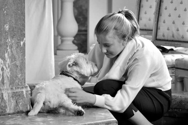 Het Paleis plaatste op Facebook enkele foto's van de jarige Elisabeth, onder meer met hondje Jeep.