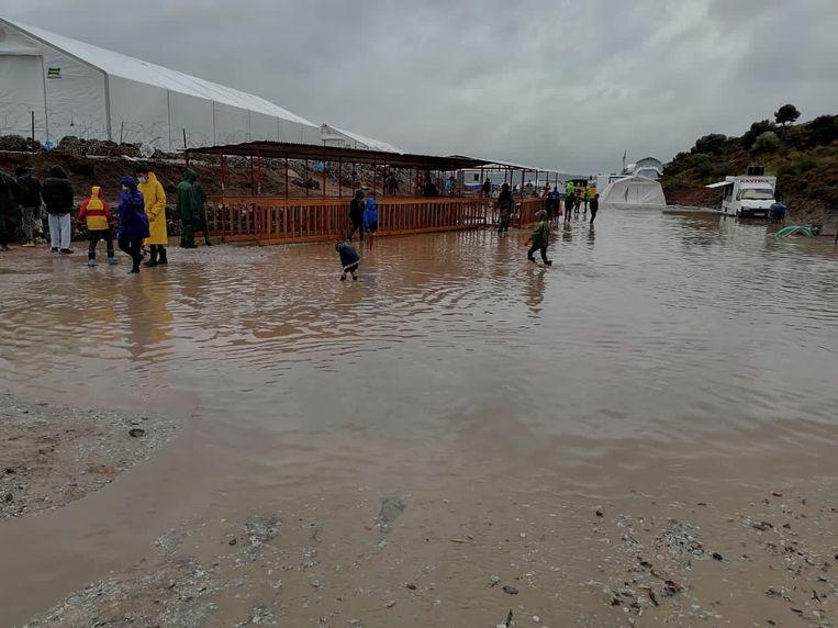 Het nieuwe vluchtelingenkamp op Lesbos loopt regelmatig onder water en staat op vervuilde grond. Beeld Twitter