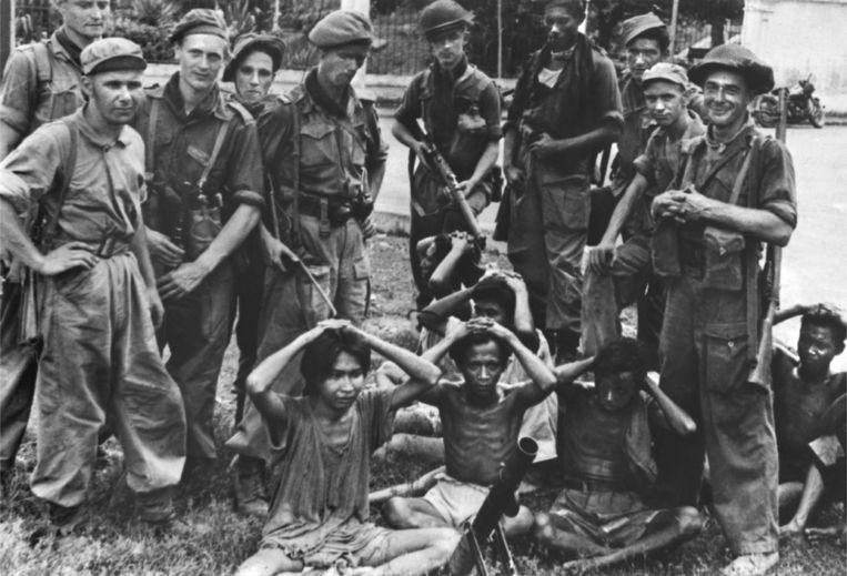 Midden-Java, december 1948: Nederlandse militairen houden soldaten van het TNI (Indonesische Nationale Leger) onder schot. Beeld Ton Schilling