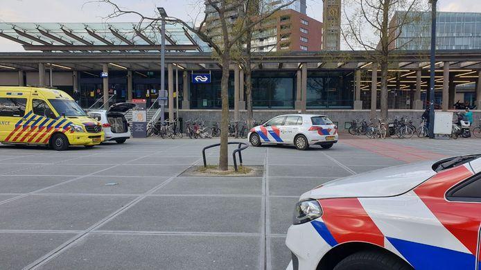 De politie is met meerdere voertuigen ter plaatse op het Stationsplein. Later bleek een ruzie in de drugsscene aanleiding voor de massale inzet. Er werden vijf verdachten aangehouden.