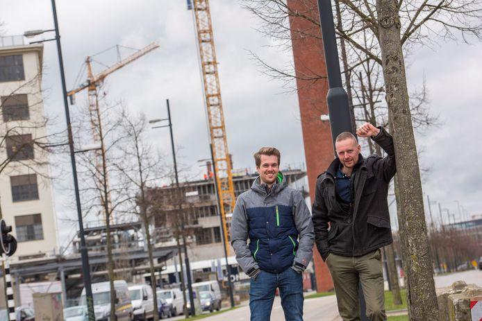 Rutger Rauws en Sebastiaan Bakker van EHVXL bij de bouwkranten op Strijp-S.