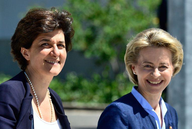 Sylvie Goulard (links) en Ursula von der Leyen op 1 juni 2017, toen ze allebei minister van defensie waren van respectievelijk Frankrijk en Duitsland.  Beeld AFP