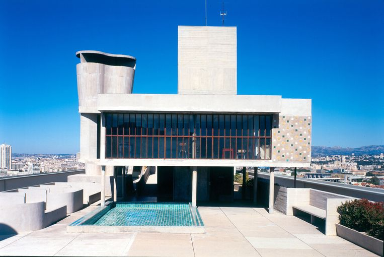 Het zwembadje op het dak van de Unité d'Habitation. Het betonnen complex herbergt honderden appartementen en 'straten in de lucht'.   Beeld Paul Kozlowski