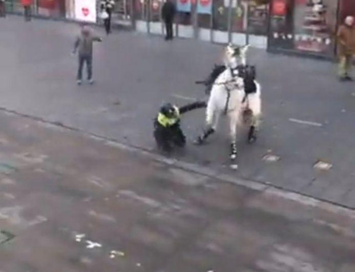 Een agente viel van haar paard af, nadat het dier op hol sloeg tijdens de rellen in Eindhoven.