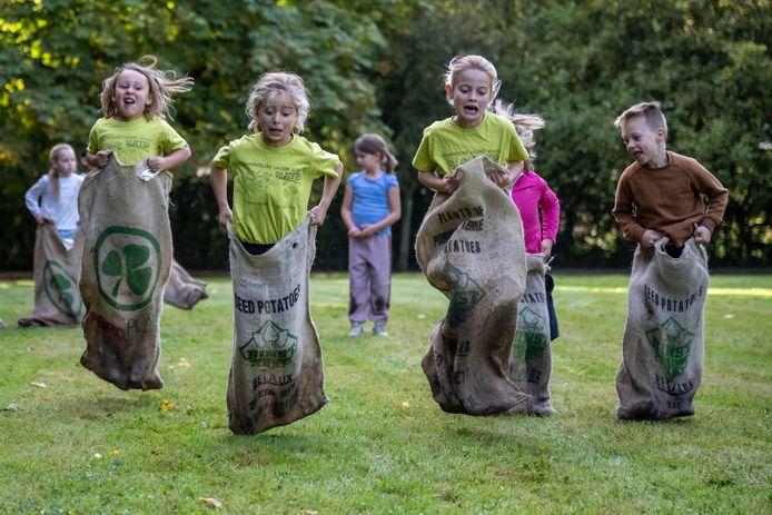 Door middel van verschillende proeven moesten de kinderen zich verplaatsen over het hindernissenparcours.