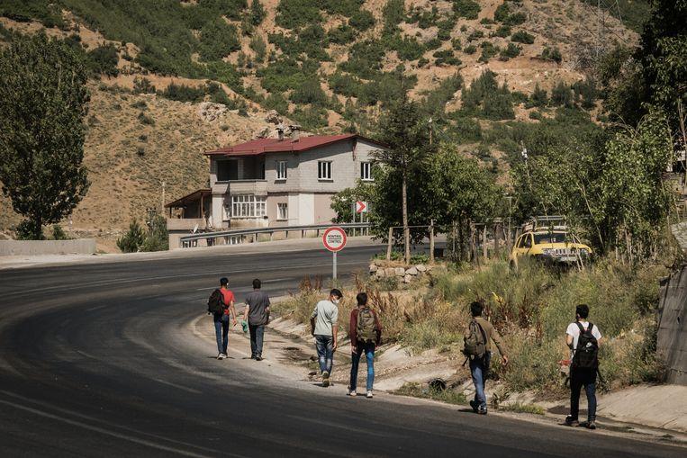 Op de autoweg tussen Van en Tatvan, groepjes jonge Afghanen die hopen  in Turkije (of misschien Europa) een beter leven te vinden. Beeld Nicola Zolin