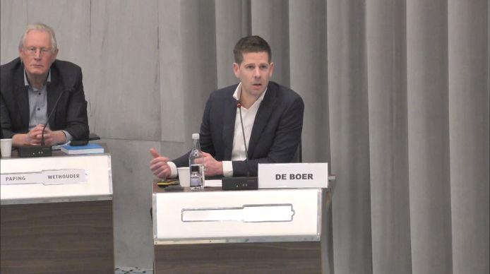Edwin de Boer van Strated Consulting licht zijn onderzoek toe aan de Arnhemse gemeenteraad.
