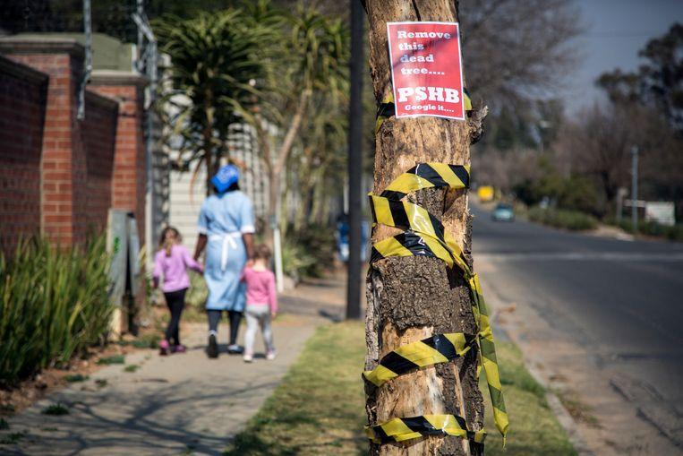 Op een dode boom is een waarschuwing aangebracht. Beeld Bram Lammers