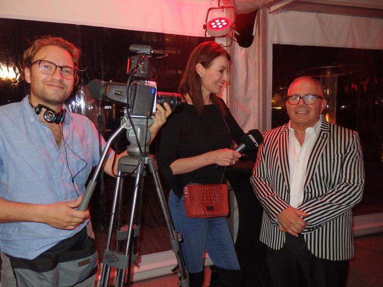 Cameraman Philip van Gils en presentator Irene van de Laar (LXRY TV) interviewen de internationale baas, Shimon Bokovza Beeld Schuim
