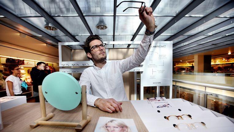 Oprichter Mark de Lange in de Ace & Tate pop-up store in de Bijenkorf Beeld Jean Pierre Jans