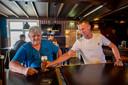 Sjef Smit krijgt als vanouds zijn biertje geserveerd door Rik Boelens van café 't Gemak in Haaren.