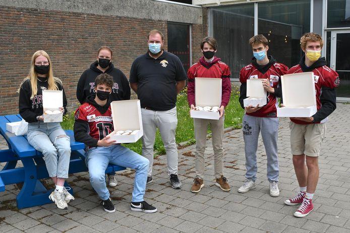De spelers van Tribes Izegem trakteerden de vrijwilligers van het vaccinatiecentrum op een Berlijnse bol.