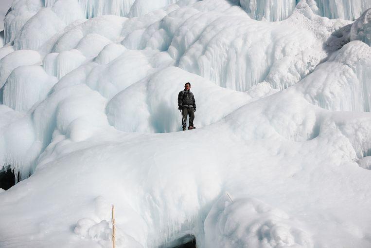 Door de opwarming smelten ook in het Indische gebergte de gletsjers. Dan maken inwoners in het dorpje Karith maar zelf een 'stoepa', een boeddhistisch bouwwerk, uit ijs. (Ciril Jazbec) Beeld Ciril Jazbec