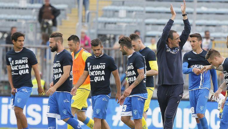 Maurizio Sarri, op dit beeld temidden van zijn spelers, leidde Empoli het voorbije seizoen naar een vijftiende plaats in de Serie A.