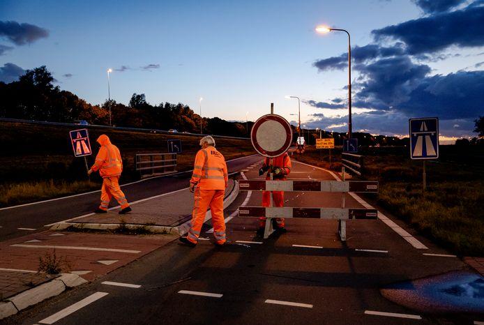 De toeritten naar de A12 bij Waarder worden afgesloten met hekken. De snelweg gaat negen dagen dicht voor werkzaamheden.